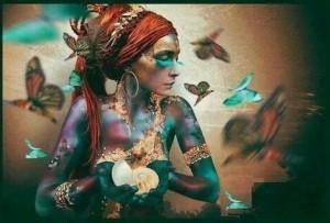 A. Mujer de mariposas