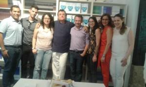 Presentación de la novela con algunos de los asistentes.